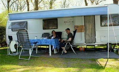 Große Stellplätze für Camper mit Wohnwagen oder Zelt.
